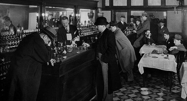 """""""Aprendió a atender la avalancha vespertina de parroquianos con estilo de hombre orquesta, sirviendo whiskies con la mano derecha al tiempo que llenaba jarras de cerveza con la izquierda, acercaba posavasos con el codo y bombeaba el barril con el pie."""""""